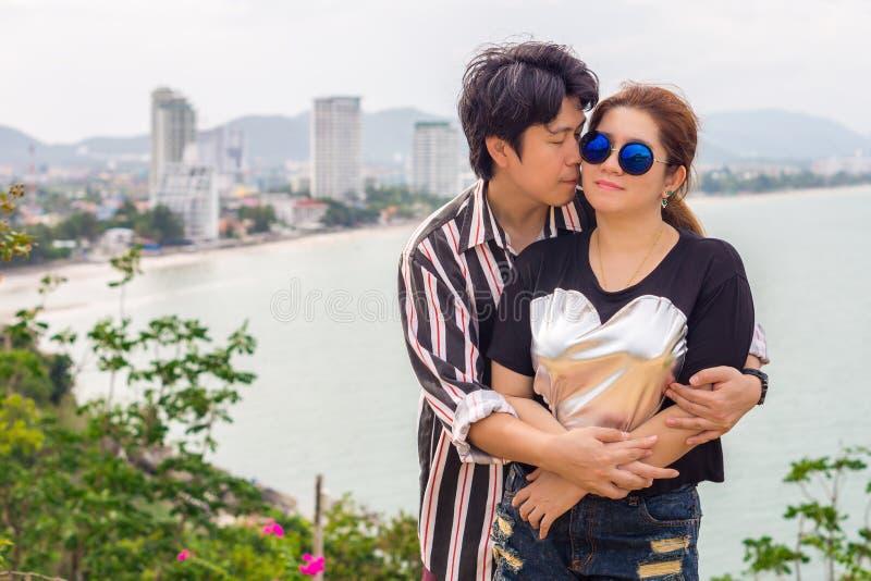 Baisers asiatiques romantiques de couples photo stock