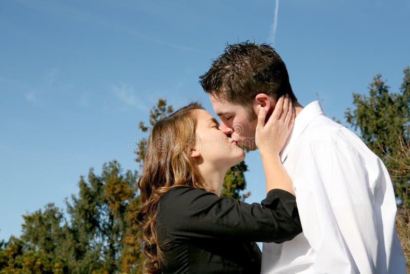 Baisers de couples photographie stock