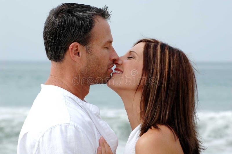 Baisers de couples images libres de droits