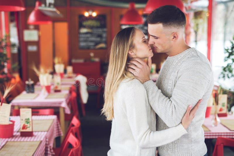 Baisers de jeunes couples une date images libres de droits