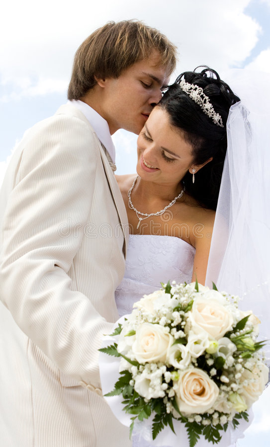 Baisers de mariée et de marié photo libre de droits