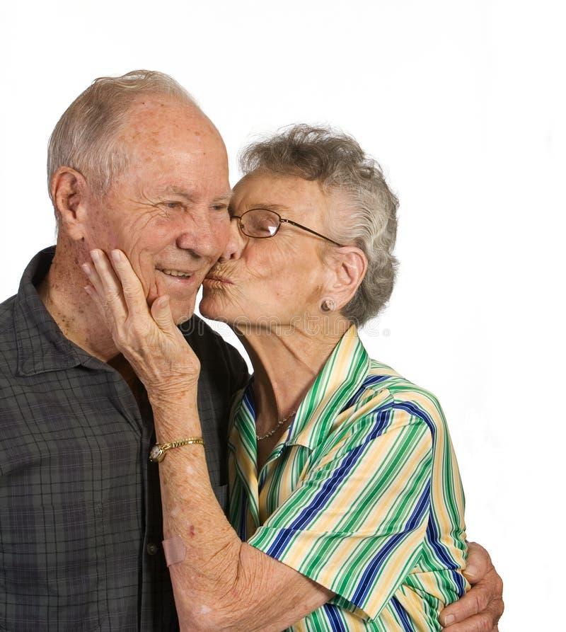 Baisers de vieil homme et de femme photographie stock libre de droits