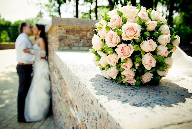 Baisers des couples de mariage images stock