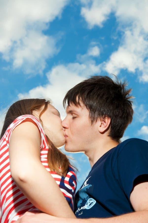 Baisers des couples sur un fond du ciel bleu image libre de droits