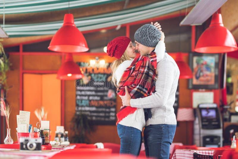 Baisers des couples une date photographie stock