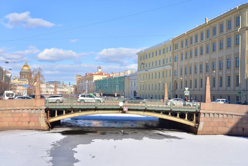 Baisers du pont à travers la rivière Moika photos stock