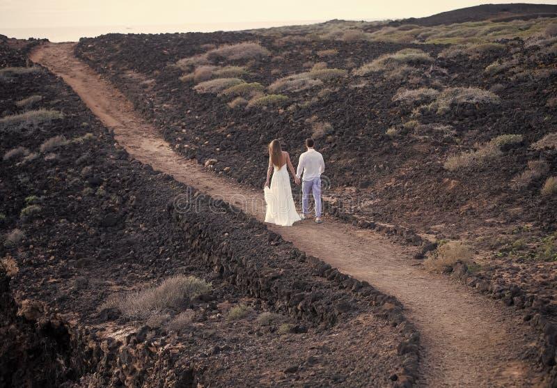 Baisers passionnés, garçon et fille de couples Couples romantiques en belles montagnes image libre de droits