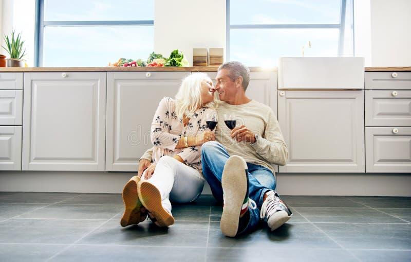 Baisers supérieurs mignons de mari et d'épouse photo libre de droits