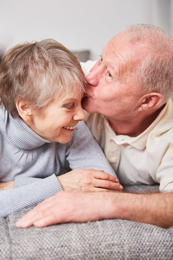 Baisers sup?rieurs romantiques de couples images libres de droits