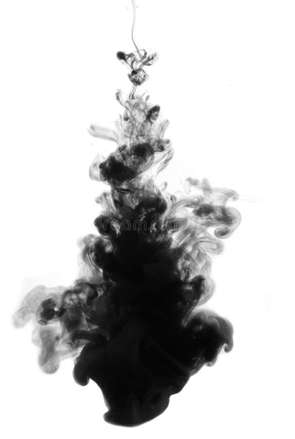 Baisse à l'encre noire dans l'eau photo libre de droits