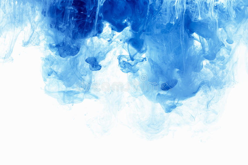 Baisse abstraite d'encre de couleur de fond dans l'eau Nuage bleu de peinture sur le blanc image libre de droits