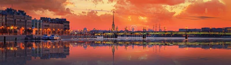 Baisse au-dessus de Neva à St Petersburg images libres de droits