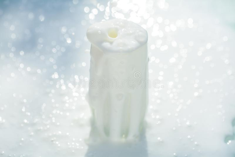 Baisse blanche en verre d'éclaboussure de lait images libres de droits