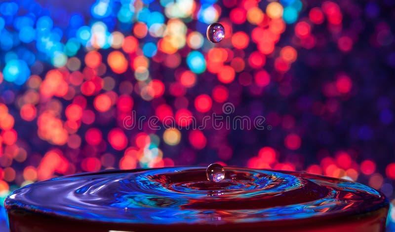 Baisse brillante de l'eau de fond images stock