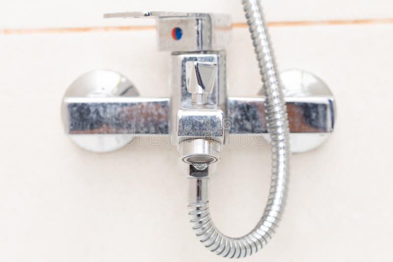 Baisse coulant du plan rapproché de robinet de douche photographie stock libre de droits