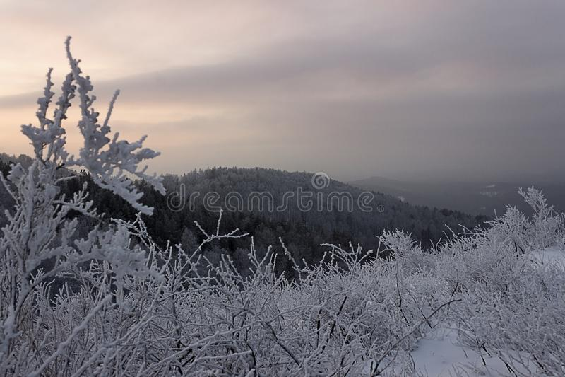 Baisse d'hiver de la montagne de la Bachkirie photo stock