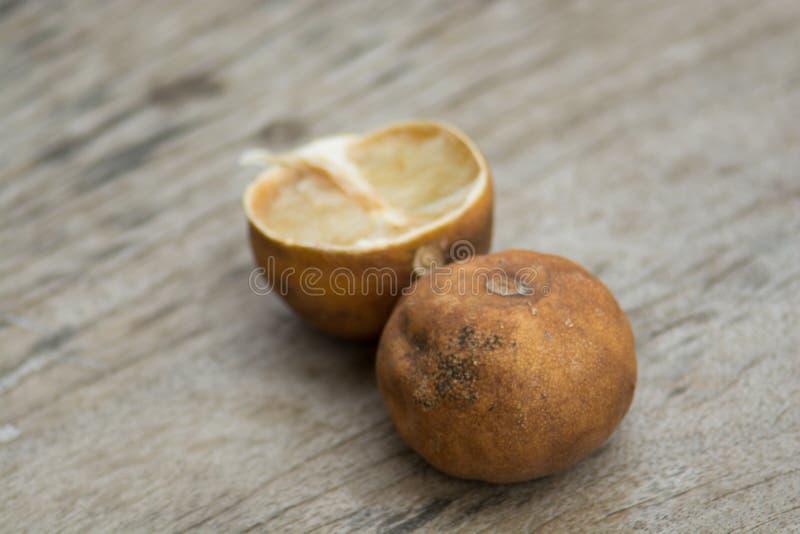 Baisse de citron mûre blème sur planchers en bois bruns Le bois a vu le clea image libre de droits