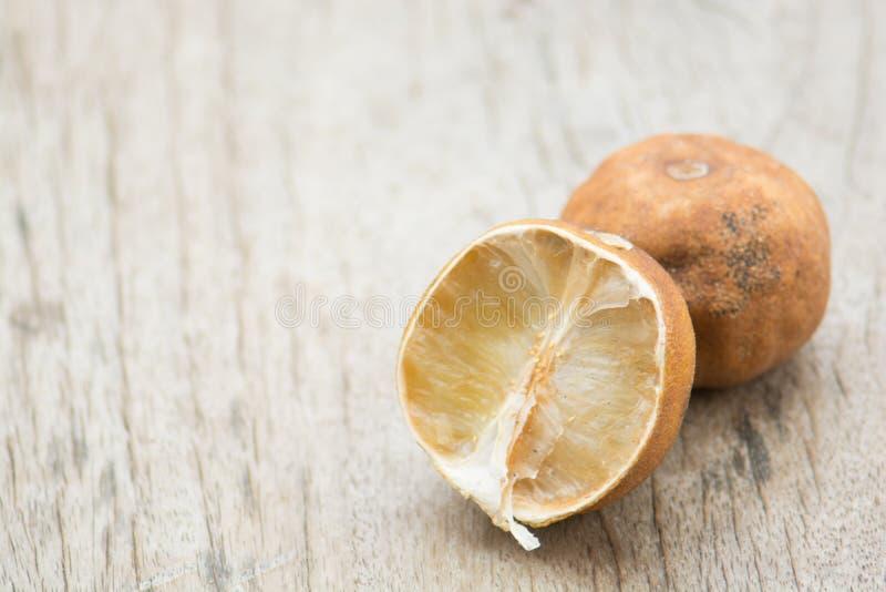 Baisse de citron mûre blème sur planchers en bois bruns Le bois a vu le clea image stock