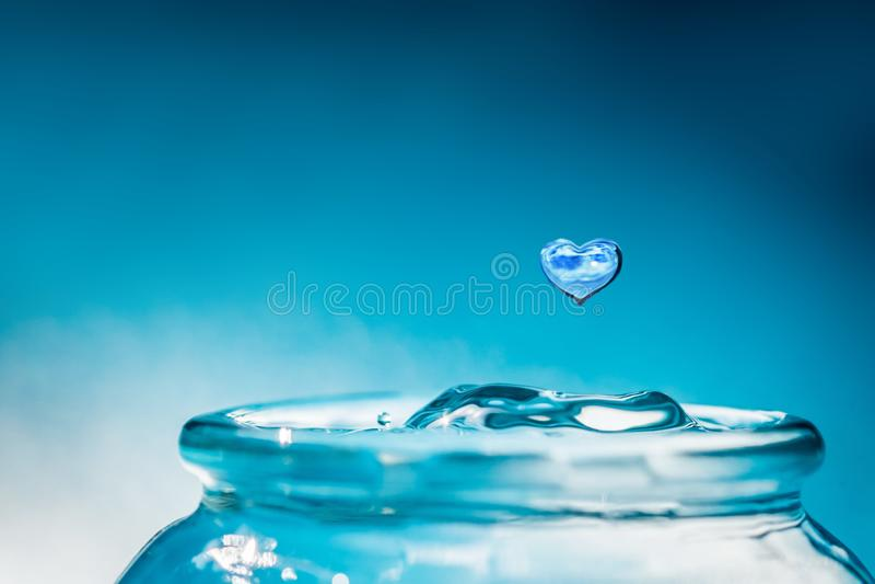 Baisse de l'eau de forme de coeur Sauvez et aimez le concept de l'eau images stock