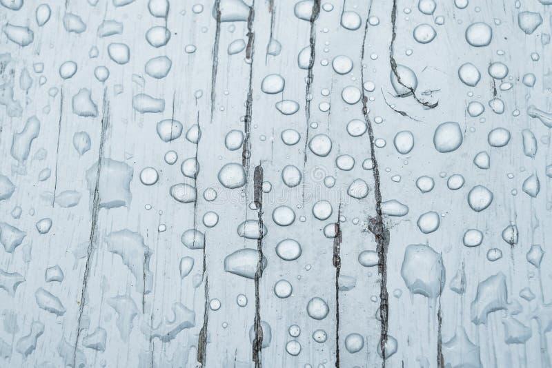 Baisse de l'eau sur un fond en bois images stock