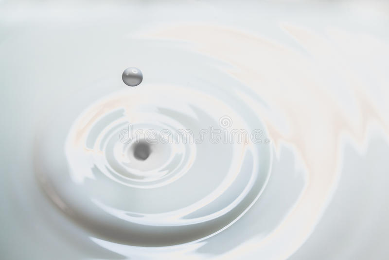 Baisse de lait liquide photos stock