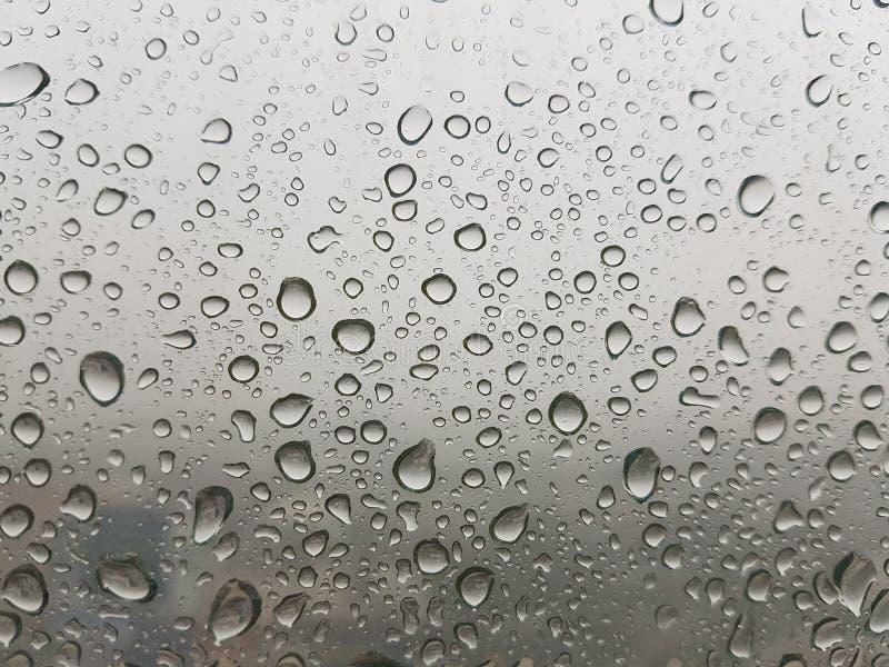 Baisse de pluie sur la fenêtre images libres de droits