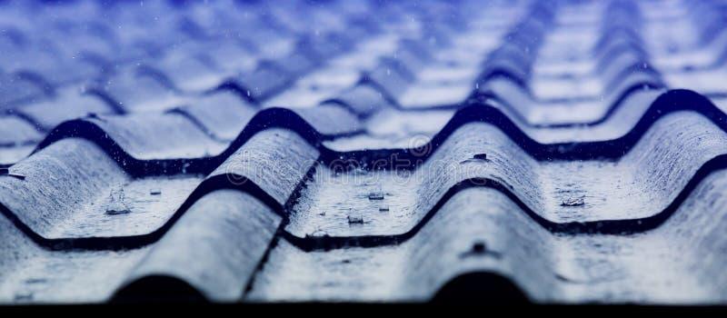 Baisse de pluie sur le vieux toit photo stock