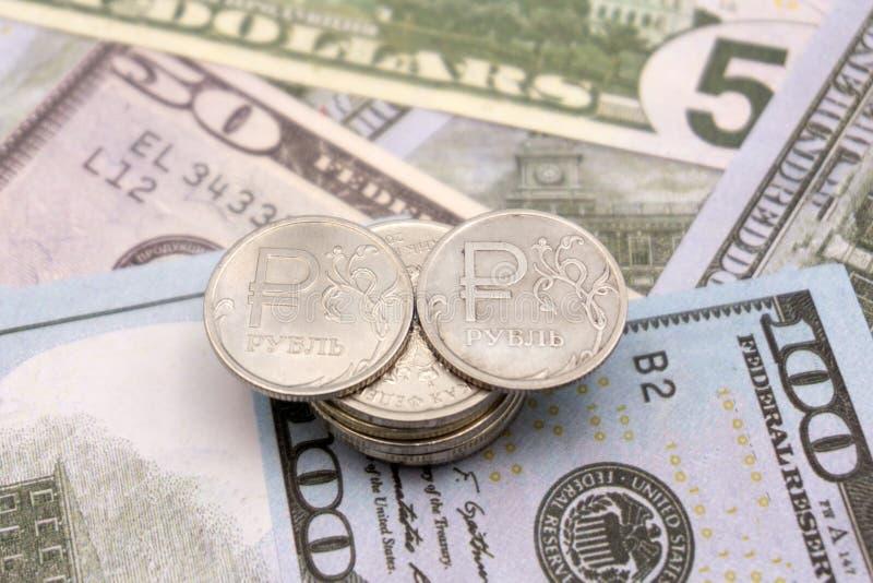 Baisse de rouble dans la perspective de dollar US photographie stock