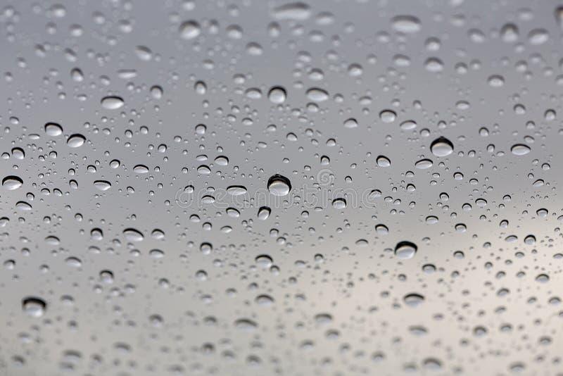 Baisse en gros plan de l'eau Baisses de l'eau sur la surface en verre comme fond photos libres de droits