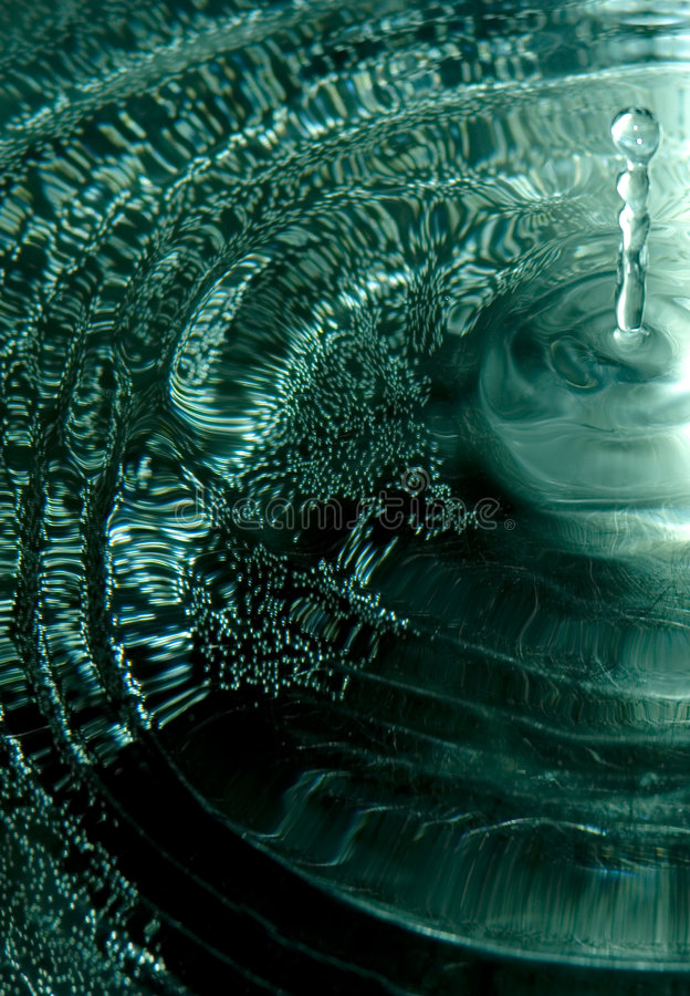 Baisse et ondes de l'eau photo libre de droits