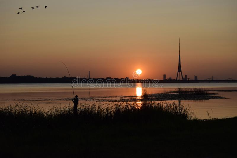 Baisse, rivière de Dvina, été, soirée photographie stock