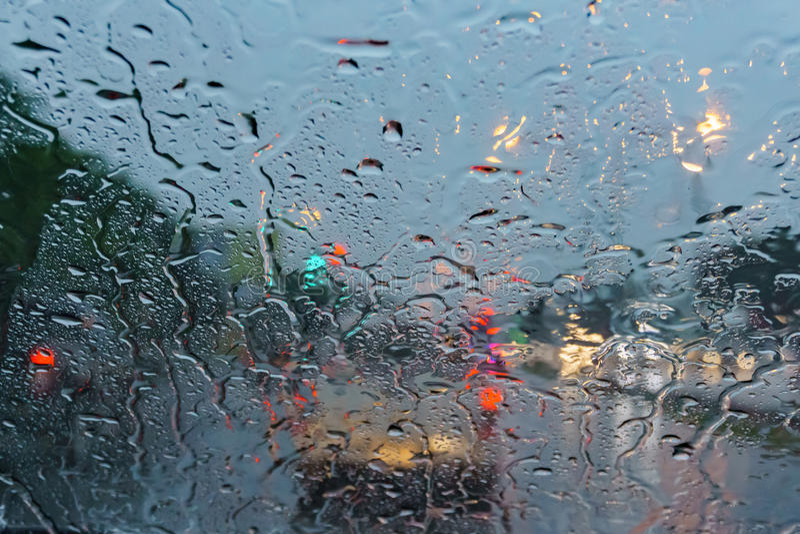 Baisse sur le verre tout en pleuvant photo stock