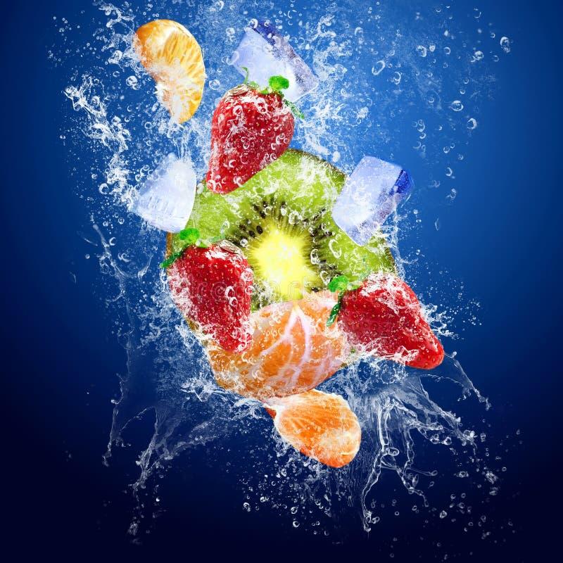Baisses autour des fruits sous l'eau image libre de droits