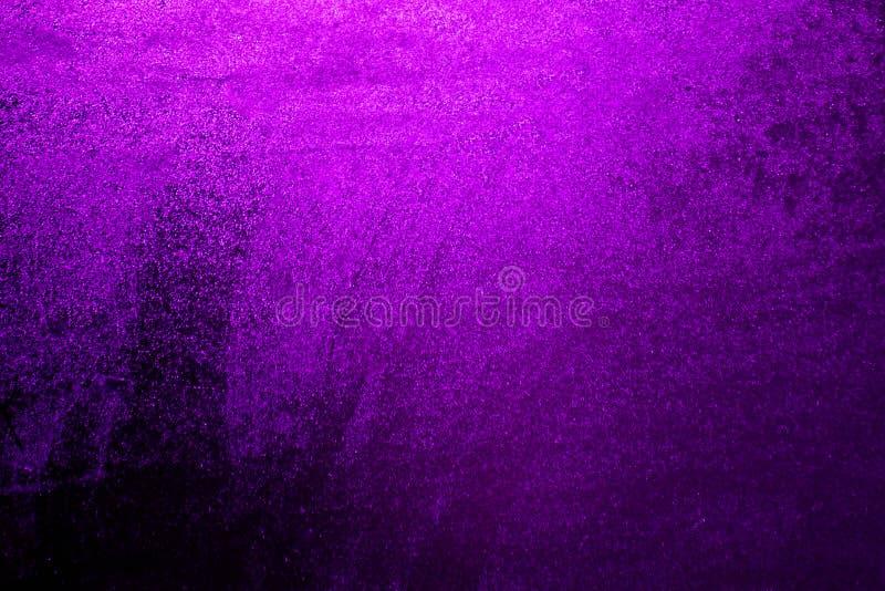 Baisses d'écoulement d'eau sur le fond d'une fenêtre pourpre foncée Fond pourpre foncé pour une inscription images stock