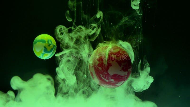 Baisses d'encre dans l'eau avec des boules Abstraction image stock