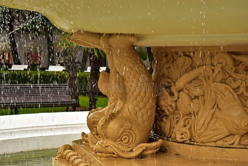 Baisses de fontaine et d'eau avec le fond brouillé photos libres de droits
