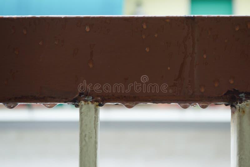 Baisses de l'eau au-dessous de la balustrade photos stock