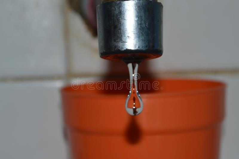 Baisses de l'eau d'un robinet image stock
