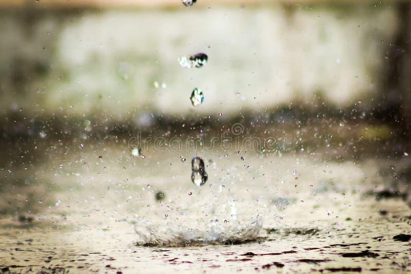 Baisses de l'eau derrière le bâtiment sale photos stock