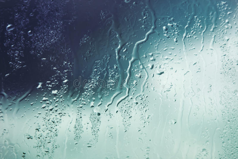 Baisses de l'eau sur l'hublot photos stock