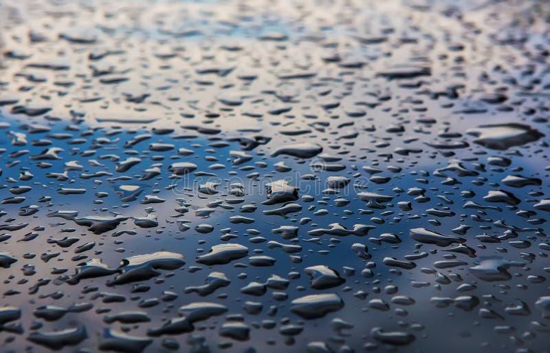 Download Baisses De L'eau Sur La Surface Foncée Photo stock - Image du milieux, technologie: 77160126