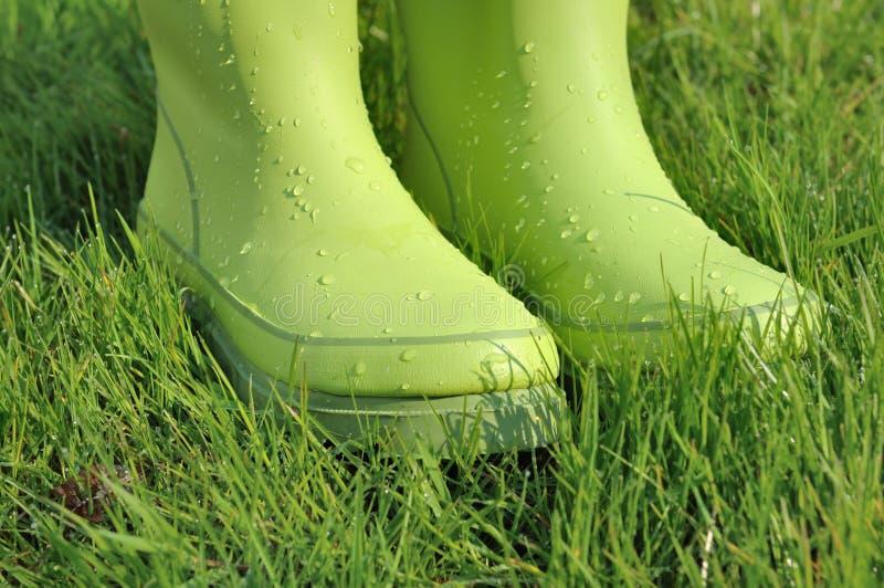 Baisses de l'eau sur les bottes en caoutchouc image stock