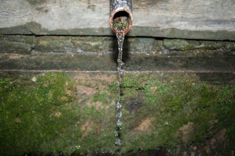 Baisses de l'eau de vieil évier photo libre de droits