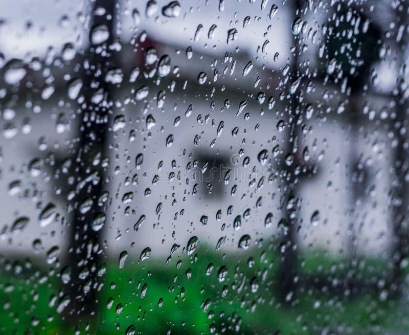 Baisses de pluie au-dessus de pare-brise image stock