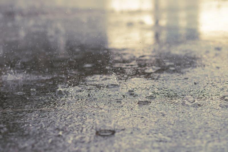 Baisses de pluie dans l'eau lourde sur l'ombre d'asphalte photo libre de droits