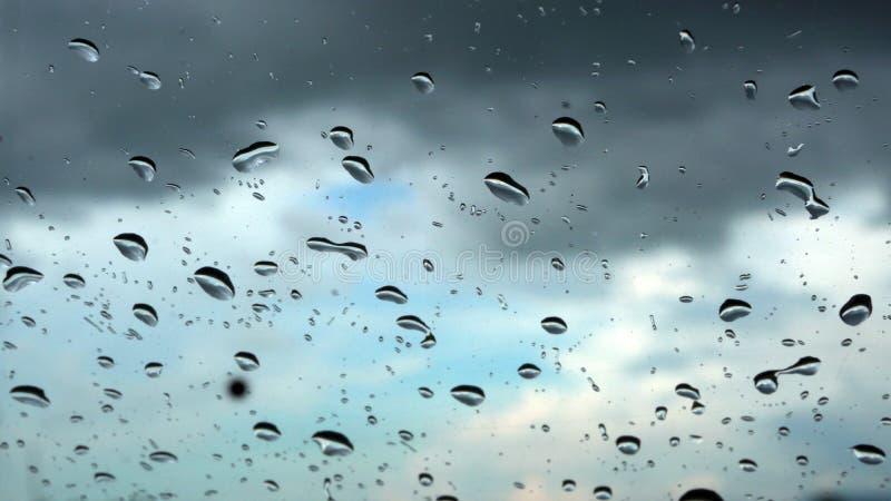 Baisses de pluie dans le bouclier de vent de voiture images libres de droits