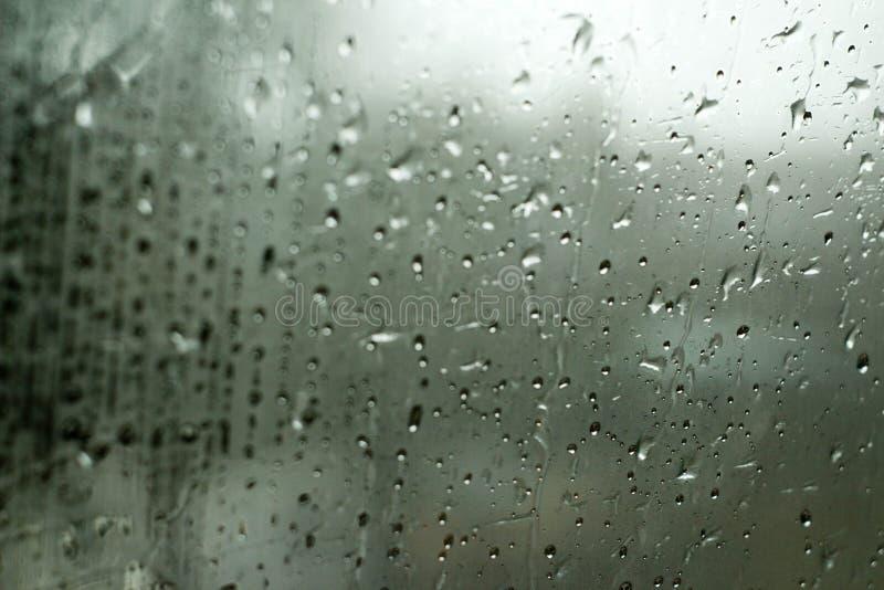 Baisses de pluie sur la fenêtre image libre de droits