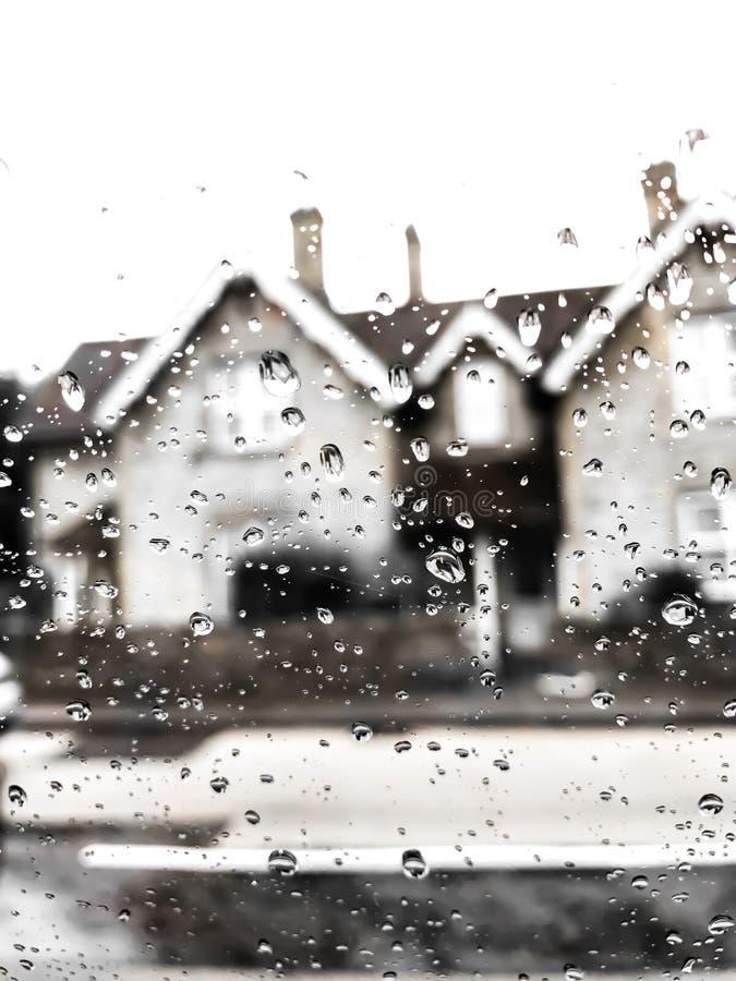Baisses de pluie sur la fenêtre de voiture photos stock