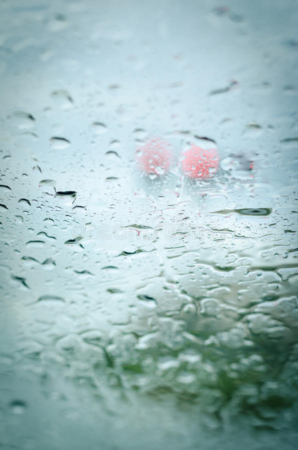 Baisses de pluie sur le verre avant de voiture images libres de droits