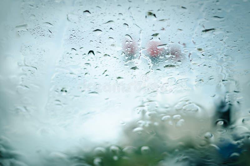 Baisses de pluie sur le verre avant de voiture photo stock